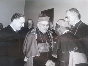 Il Card. Cicognani, affiancato da Bugnini, saluta mons. J. Malula, vescovo ausiliare di Leopoldville (Congo) (nella foto di spalle). Sulla destra nella foto, si nota mons. Henri Jenny.