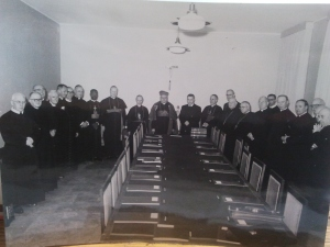 I padri della Commissione liturgica preparatoria De Liturgia. In posizione centrale si nota il card. Gaetano Cicognani, presidente. Alla sua sinistra, padre A. Bugnini (nella foto, a destra)