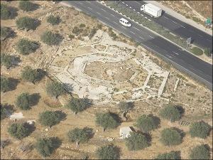 Panoramica dall'alto degli scavi archeologici sulla chiesa del Kathisma