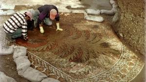 Lavori di scavo e pulitura di parte del mosaico della Chiesa del Kathisma (si intravede la grande palma con frutti abbondanti posta come immagine in evidenza dell''articolo)